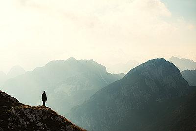 Frau genießt Ausblick auf Berge, Triglav Nationalpark, Mangart - p1396m2030868 von Hartmann + Beese