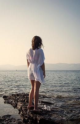 Frau steht am Meer - p1443m2022674 von SIMON SPITZNAGEL