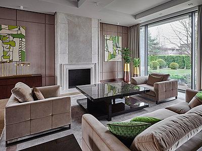 Wohnzimmer in einer Villa - p390m2263706 von Frank Herfort