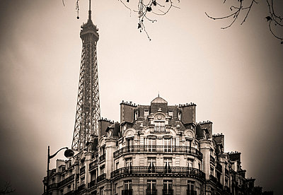 The Eiffel Tower with Haussmann building in foreground - p813m1214750 by B.Jaubert