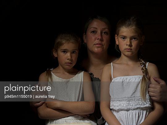 Porträt Mutter und zwei Töchter - p945m1155019 von aurelia frey