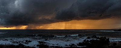 Gewitterwolken über dem Pazifik - p1324m1165155 von Michael Hopf