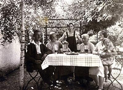 Portrait of extended family in the garden - p1541m2172481 by Ruth Botzenhardt