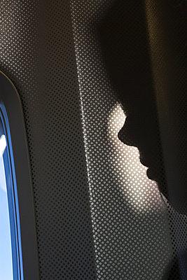 Gesicht eines Passagiers im Profil an einem Fenster - p1685m2272566 von Joy Kröger