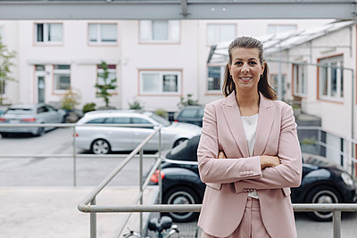 Portrait of businesswoman standing outdoors - p300m2242605 by Gustafsson