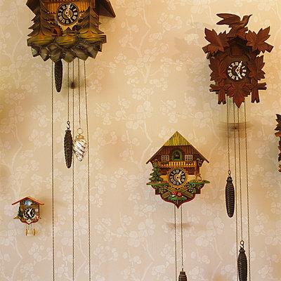 Kuckucksuhren an der Wand - p1311m1143945 von Stefanie Lange