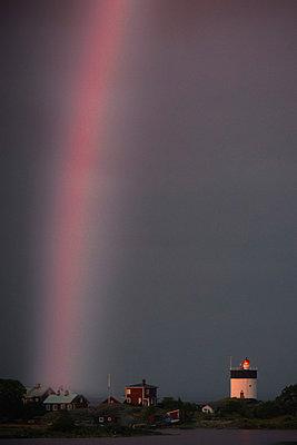 Leuchtturm und Regenbogen - p1418m1572461 von Jan Håkan Dahlström