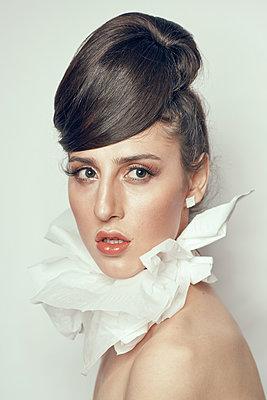 Junge Frau mit Fetzenkragen - p1561m2133221 von Andrey Cherlat