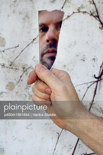 Mann wird in einer zerbrochenen Spiegelscherbe reflektiert   - p450m1561844 von Hanka Steidle