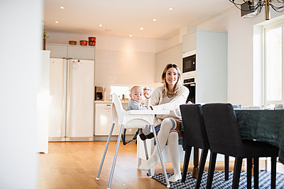 Mother having breakfast with baby son - p312m2051398 by Anna Johnsson