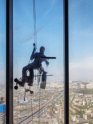 Fensterputzer an einem Hochhaus in Moskau - p390m2013419 von Frank Herfort