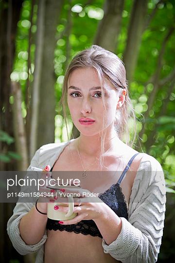 Junge Frau trinkt Kaffee - p1149m1584944 von Yvonne Röder