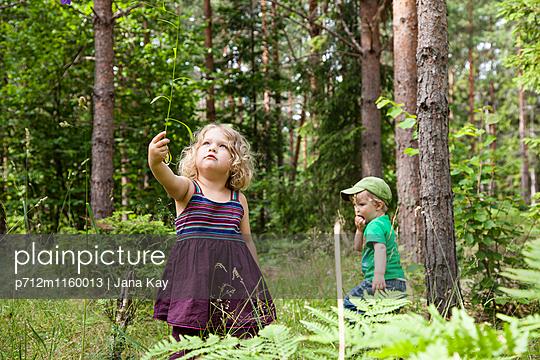 Kinder spielen im Wald - p712m1160013 von Jana Kay