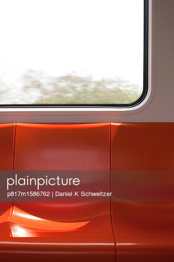Orangefarbene Sitzbank in der Metro - p817m1586762 von Daniel K Schweitzer