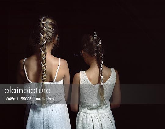 Zwei Mädchen mit geflochtenen Zöpfen - p945m1155028 von aurelia frey