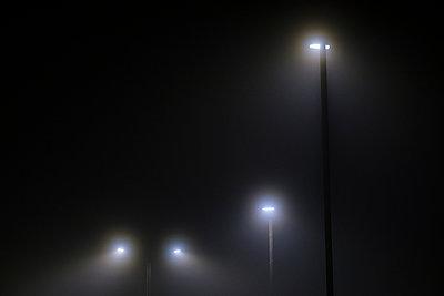 Straßenlaternen im dichten Nebel - p1057m2229247 von Stephen Shepherd