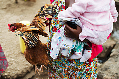 Africa, Uganda, African woman with baby in the market place - p1167m2283490 by Maria Schiffer