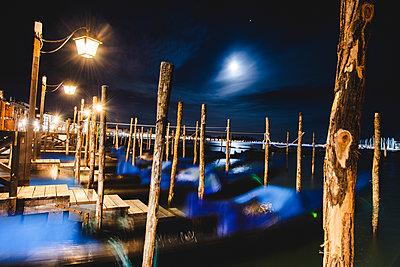 Gondeln im Mondschein, Venedig - p1493m1584739 von Alexander Mertsch
