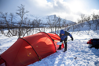 Woman preparing for wilderness camping in winter - p1687m2278790 by Katja Kircher