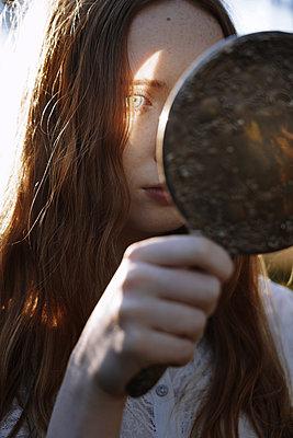 Mädchen mit Spiegel - p1694m2291726 von Oksana Wagner