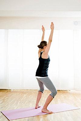 Teenagerin macht Gymnastik - p473m670416f by STOCK4B-RF