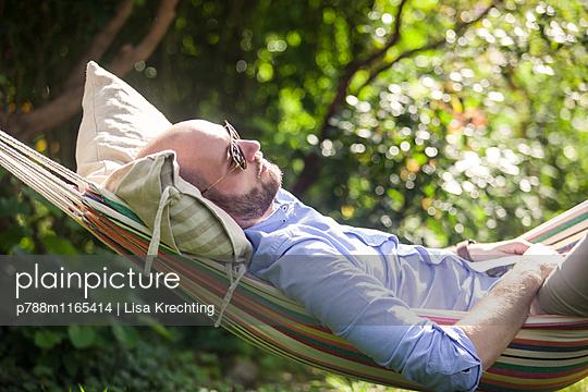 Relaxen in der Hängematte - p788m1165414 von Lisa Krechting