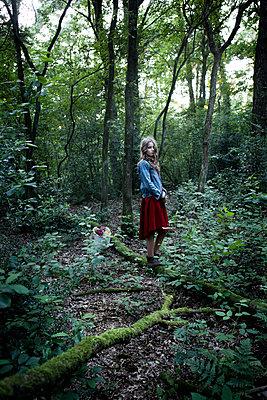 Junges Mädchen in Waldlichtung - p1348m1208081 von HANDKE + NEU