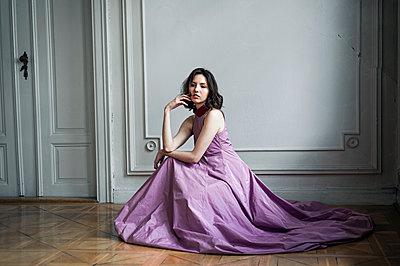 Junge Frau in einem Ballkleid - p1609m2185410 von Katrin Wolfmeier
