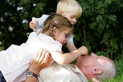 Grandfather and grandchildren - p2490463 by Ute Mans