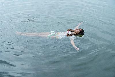 Frau im Wasser - p427m2007535 von R. Mohr