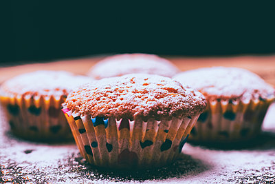 Close up of cupcakes covered with powdered sugar - p555m1444062 by Denis Tevekov