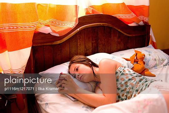 Jugendliche mit ihrem Handy - p1116m1217071 von Ilka Kramer