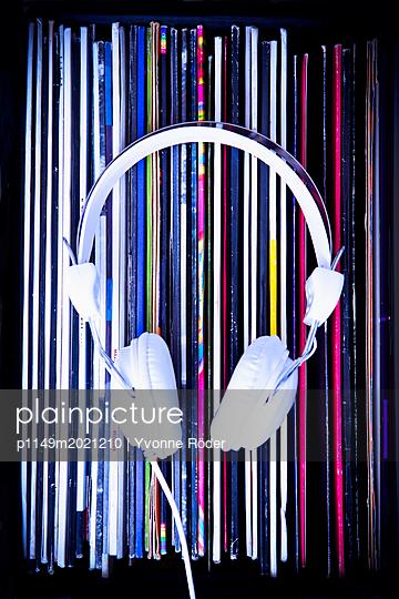 Schallplatten und Kopfhörer - p1149m2021210 von Yvonne Röder