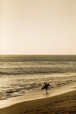 Surfer rennt ins Wasser - p1094m2057272 von Patrick Strattner