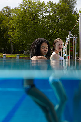 Two women at the edge of the pool - p1310m1168559 by Uwe Ditz