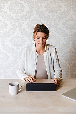 Pregnant woman using digital tablet. Lecco, Italy. - p300m2243187 von Michela Ravasio