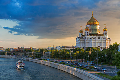 Russia, Moscow, Cathedral of Christ the Saviour and Moskva River - p300m949839f by Fotofeeling