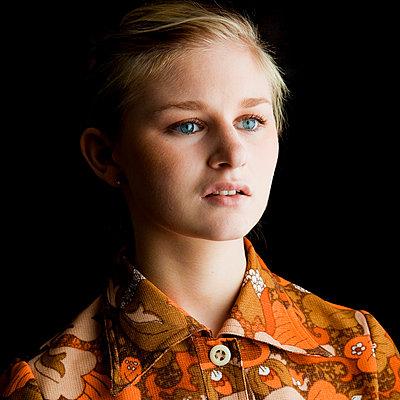 Junge Frau in 70er-Jahre-Bluse - p4130619 von Tuomas Marttila
