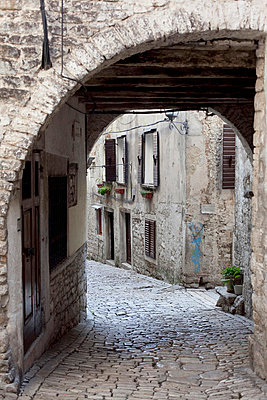 Old buildings and alley in old town Rovinj; Rovinj, Istria, Croatia - p644m728790 by Vicki Couchman