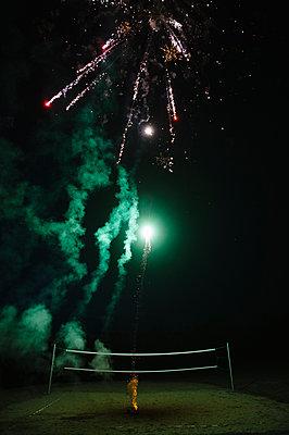 Feuerwerk bei Nacht - p819m1065073 von Kniel Mess