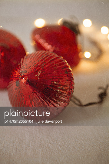 Close up of Christmas baubles - p1470m2055104 by julie davenport