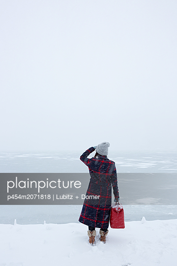Winter travelling - p454m2071818 by Lubitz + Dorner