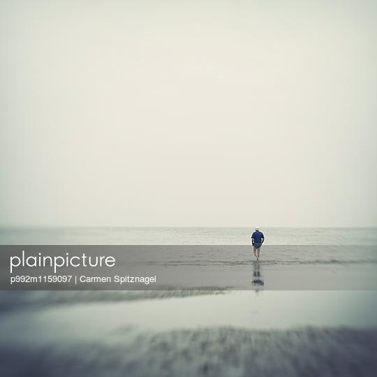 Mann am Meer - p992m1159097 von Carmen Spitznagel