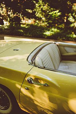 Gelber Ford Thunderbird Cabrio - p432m2230913 von mia takahara