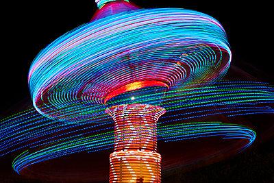 Kettenkarussell als Langzeitbelichtung nachts - p719m2020786 von Rudi Sebastian