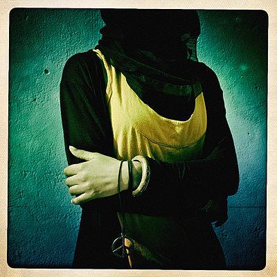 Person mit verschleiertem Gesicht und verschränkten Armen - p819m972595 von Kniel Mess