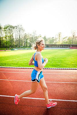 Sportliche Frau - p904m1031358 von Stefanie Päffgen