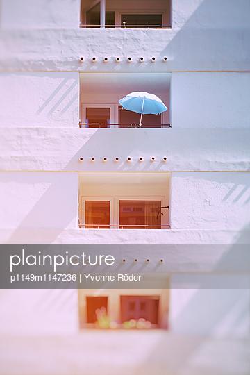 Balkon mit Sonnenschirm - p1149m1147236 von Yvonne Röder