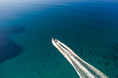 Water skiing, aerial view - p1437m2283309 by Achim Bunz