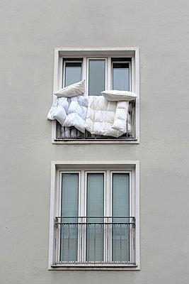 Bettzeug aus dem Fenster - p450m966468 von Hanka Steidle